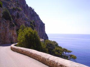 Straße in der Nähe der Höhle von Arta.
