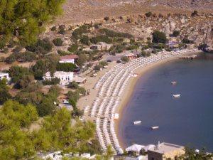 Blick beim Aufstieg zur Akropolis zum Strand von Lindos